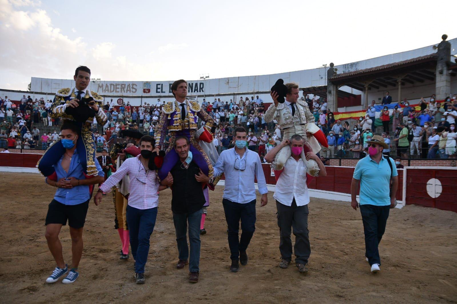 17-Juli-Manzanares-y-Roman-El-Espinar-en-hombros